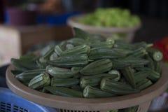 在篮子的秋葵从加纳市场 免版税库存照片