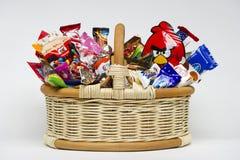 在篮子的糖果 库存图片