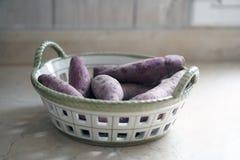 在篮子的紫色白薯 免版税库存图片