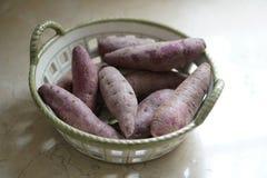在篮子的紫色白薯 免版税库存照片