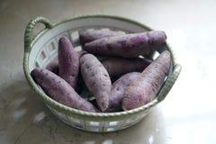 在篮子的紫色白薯 库存照片