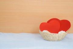 在篮子的红色纸心脏 图库摄影