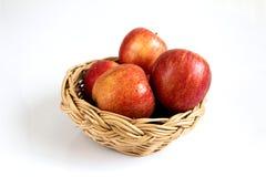 在篮子的红色苹果在白色背景 库存照片