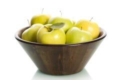 在篮子的绿色苹果。 免版税库存照片