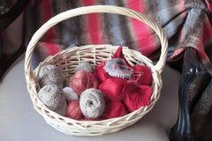 在篮子的编织的纱线球和针 免版税库存照片