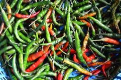 在篮子的胡椒在市场上 免版税库存照片