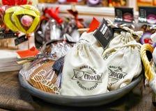 在篮子的自创巧克力在里加圣诞节市场上 图库摄影
