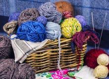 在篮子的色的毛线 免版税库存图片