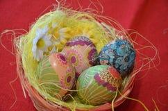 在篮子的色的鸡蛋 免版税库存图片