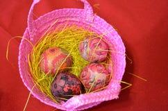 在篮子的色的鸡蛋 免版税库存照片