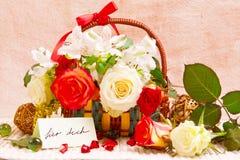 在篮子的花束玫瑰 库存照片