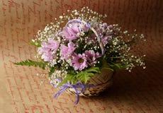 在篮子的花的布置 免版税库存图片
