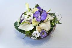 在篮子的花花束 库存图片