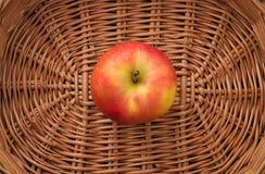 在篮子的苹果计算机 免版税图库摄影