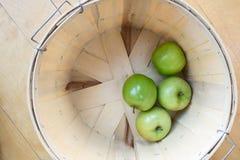在篮子的苹果 免版税库存图片