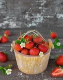 在篮子的草莓 免版税库存照片