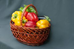 在篮子的菜,在灰色背景的胡椒 收获 库存图片
