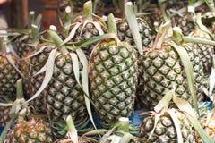 在篮子的菠萝 免版税库存图片