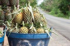 在篮子的菠萝 免版税库存照片