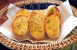 在篮子的蒜味面包 库存图片