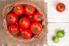 在篮子的蕃茄在木台式视图 图库摄影