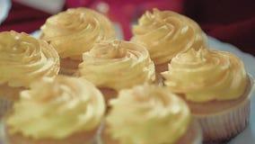 在篮子的蛋糕,黄色颜色奶油  影视素材