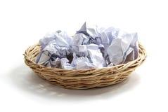 在篮子的被弄皱的纸球 免版税库存照片