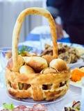 在篮子的被烘烤的小圆面包 免版税库存照片