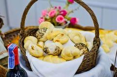 在篮子的被烘烤的面包 免版税库存照片