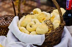 在篮子的被烘烤的面包 库存图片