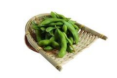 在篮子的被隔绝的结冰的edamame豆在washi日文报纸 准备服务在日本餐馆在曼谷,泰国 库存照片