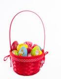 在篮子的被绘的鸡蛋 免版税库存照片
