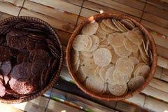 在篮子的酥脆米在竹废弃物 库存图片