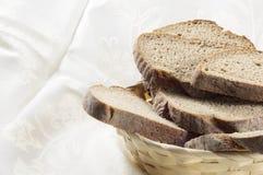 在篮子的面包。 库存照片