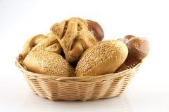 在篮子的面包和小圆面包 免版税库存照片