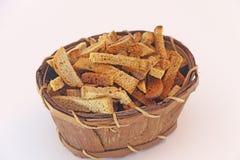 在篮子的面包屑 免版税库存图片