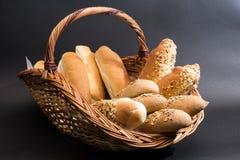 在篮子的面包 免版税库存照片