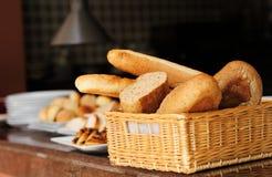 在篮子的面包 免版税库存图片