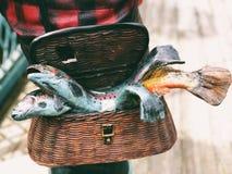 在篮子的鱼雕象 免版税图库摄影