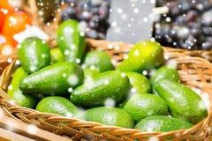 在篮子的鲕梨在食物市场上 库存图片