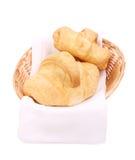 在篮子的鲜美新月形面包 免版税库存图片