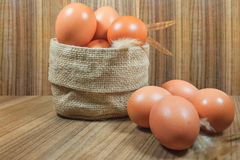 在篮子的鸡蛋在木头 鸡蛋 鸡蛋 browne rawfood 图库摄影