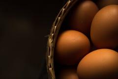 在篮子的鸡蛋-有用为背景 免版税库存图片