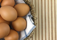 在篮子的鸡蛋 免版税图库摄影