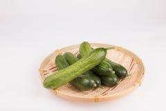 在篮子的黄瓜 免版税库存照片