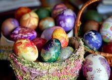 在篮子的Eeaster鸡蛋 库存照片