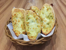 在篮子的Garlicbread 免版税图库摄影