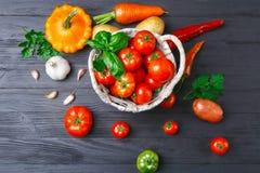 在篮子蕃茄的菜 南瓜 胡椒 土豆 免版税库存照片