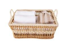 在篮子设置的毛巾温泉 免版税库存图片