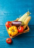 在篮子顶部的图片与秋天菜 免版税库存照片